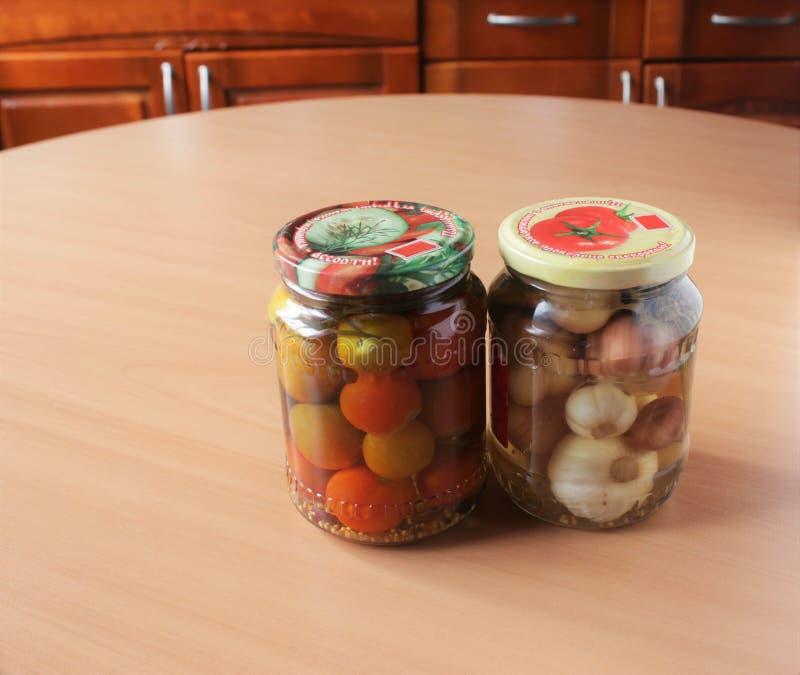 Ντομάτες και σκόρδο, που κονσερβοποιούνται στοκ φωτογραφίες