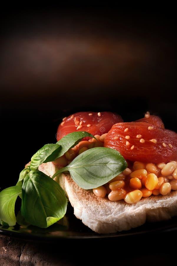 Ντομάτες και φασόλια δαμάσκηνων στη φρυγανιά στοκ φωτογραφία με δικαίωμα ελεύθερης χρήσης