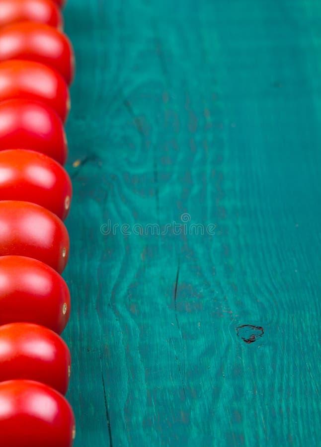 Ντομάτες κερασιών σε έναν παλαιό στοκ εικόνες