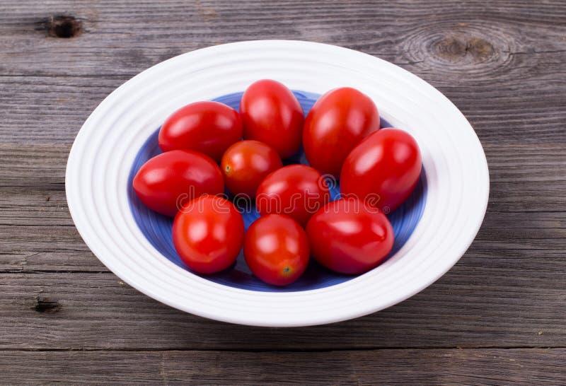 Ντομάτες κερασιών σε ένα πιάτο στοκ φωτογραφίες με δικαίωμα ελεύθερης χρήσης