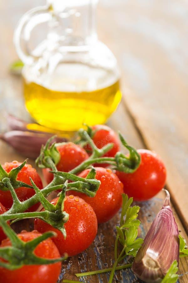 Ντομάτες με την ελιά και το σκόρδο στοκ εικόνες
