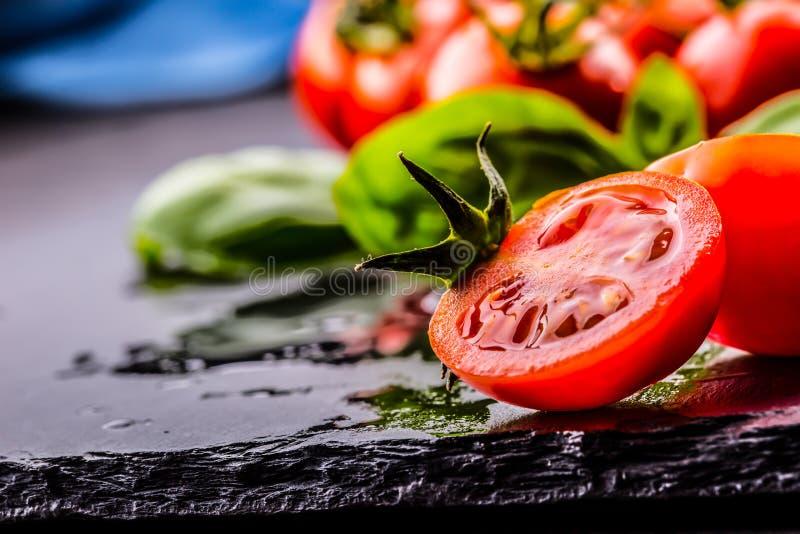 Ντομάτες Ντομάτες κερασιών Ντομάτες κοκτέιλ Φρέσκια καράφα ντοματών σταφυλιών με το ελαιόλαδο στον πίνακα φωτογραφία που τονίζετα στοκ φωτογραφία με δικαίωμα ελεύθερης χρήσης