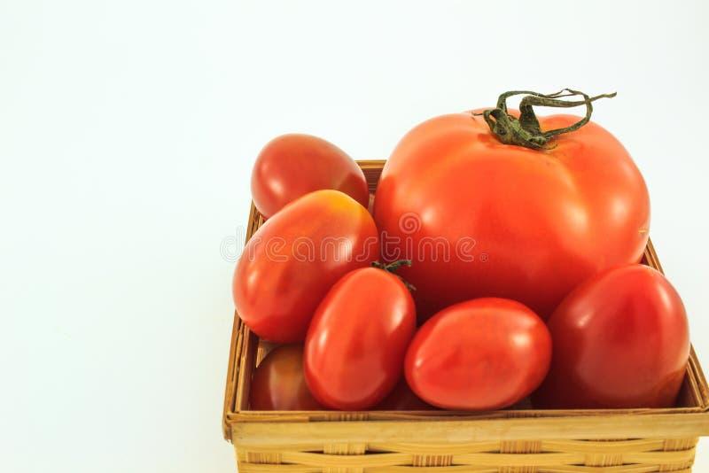 Download Ντομάτες σε ένα καλάθι στο άσπρο υπόβαθρο Στοκ Εικόνες - εικόνα από υγεία, υγιής: 62710816