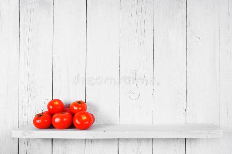 Ντομάτες σε ένα ξύλινο ράφι στοκ φωτογραφία με δικαίωμα ελεύθερης χρήσης