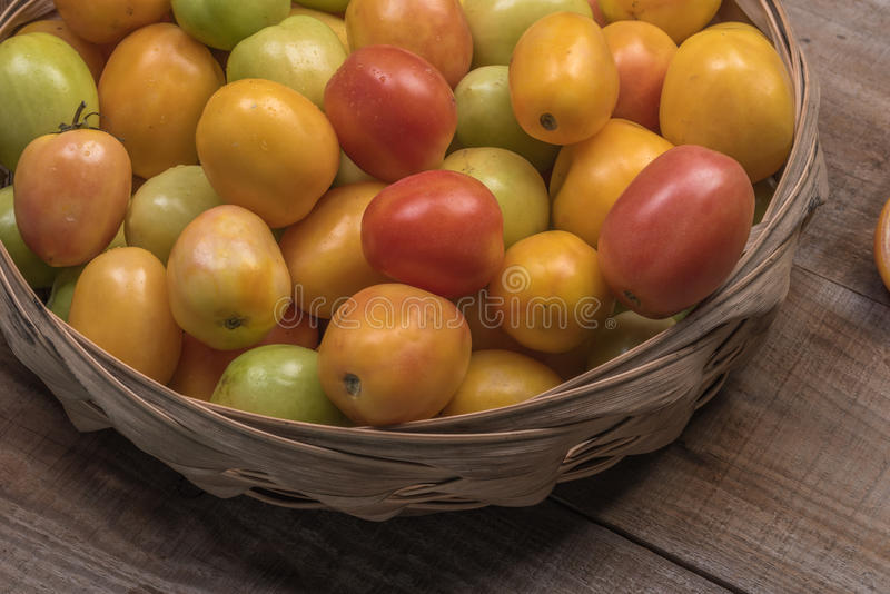 Ντομάτες σε ένα ξύλινο υπόβαθρο στοκ εικόνα