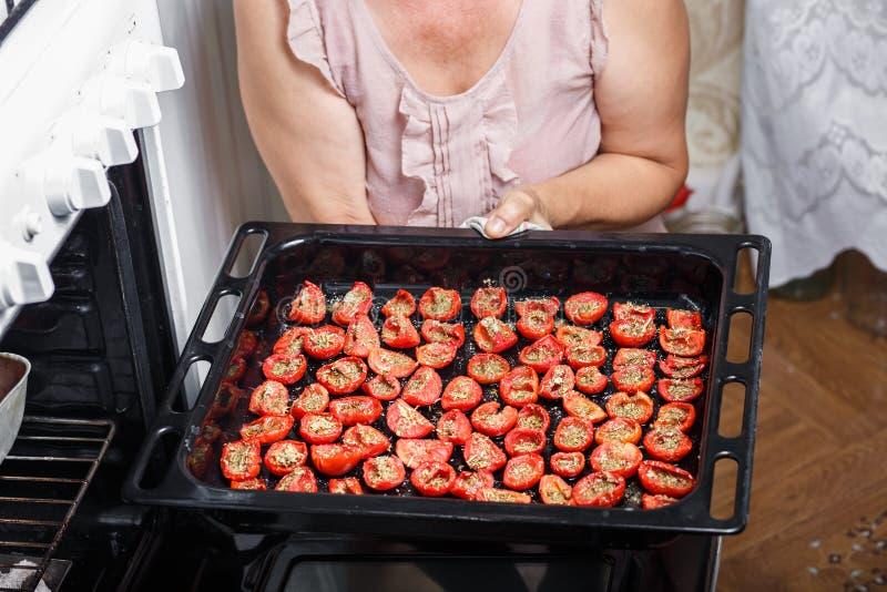 ντομάτες τηγανητών νοικοκυρών στοκ εικόνα