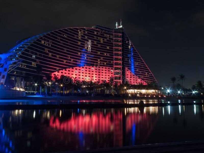 Ντουμπάι, Ε.Α.Ε. - 03 Μαρτίου, 2017: Άποψη του ξενοδοχείου παραλιών Jumeirah πολυτέλειας ένα αποκλειστικό ξενοδοχείο τη νύχτα στοκ εικόνα