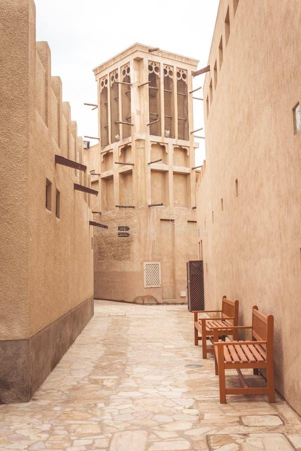 Ντουμπάι, Ηνωμένα Αραβικά Εμιράτα - 28 Μαρτίου 2019: Άποψη σχετικά με έναν παραδοσιακό πύργο αέρα στην περιοχή κληρονομιάς Al See στοκ εικόνες με δικαίωμα ελεύθερης χρήσης