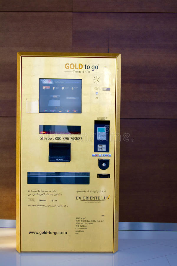 ΝΤΟΥΜΠΑΙ, Ε.Α.Ε. - 23 ΣΕΠΤΕΜΒΡΊΟΥ 2012: Μια χρυσή διανομή ATM από το χρυσό για να πάει εγκατεστημένος στο τοπ παρατηρητήριο σε Bu στοκ εικόνα