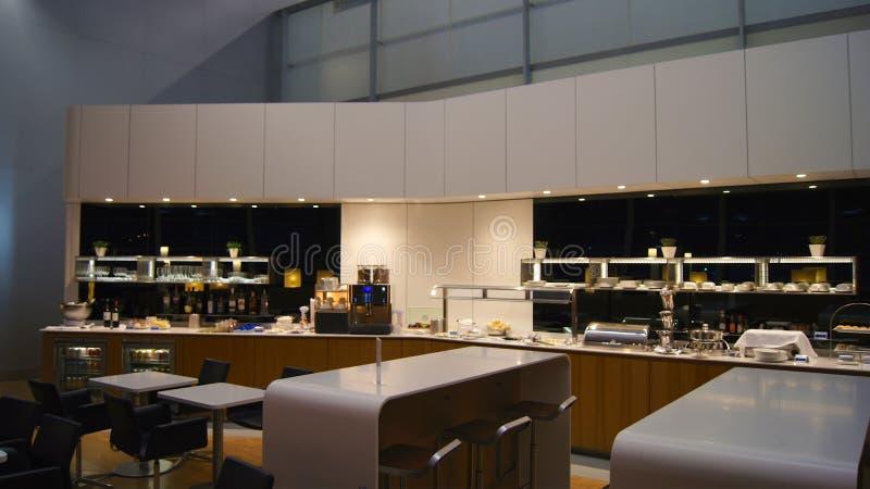 ΝΤΟΥΜΠΑΙ, ΗΝΩΜΕΝΑ ΑΡΑΒΙΚΆ ΕΜΙΡΆΤΑ - 4 Απριλίου 2014: Η Lufthansa γερουσιαστής Business Lounge στο διεθνή αερολιμένα DXB του Ντουμ στοκ εικόνες με δικαίωμα ελεύθερης χρήσης