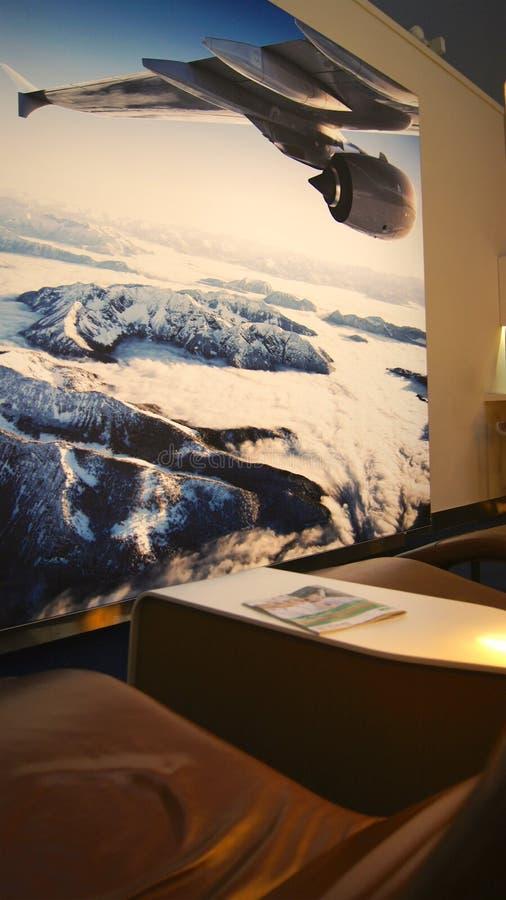 ΝΤΟΥΜΠΑΙ, ΗΝΩΜΕΝΑ ΑΡΑΒΙΚΆ ΕΜΙΡΆΤΑ - 4 Απριλίου 2014: Η Lufthansa γερουσιαστής Business Lounge στο διεθνή αερολιμένα DXB του Ντουμ στοκ φωτογραφία με δικαίωμα ελεύθερης χρήσης