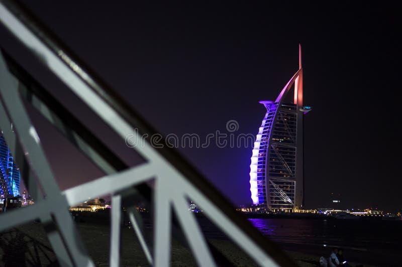 ΝΤΟΥΜΠΑΙ, ΗΝΩΜΕΝΑ ΑΡΑΒΙΚΆ ΕΜΙΡΆΤΑ, Ε.Α.Ε. - 19 ΙΑΝΟΥΑΡΊΟΥ 2018 Ντουμπάι Al Άραβας στη νύχτα, πολυτέλεια 7 Burj όμορφο κτήριο ξενο στοκ εικόνα με δικαίωμα ελεύθερης χρήσης