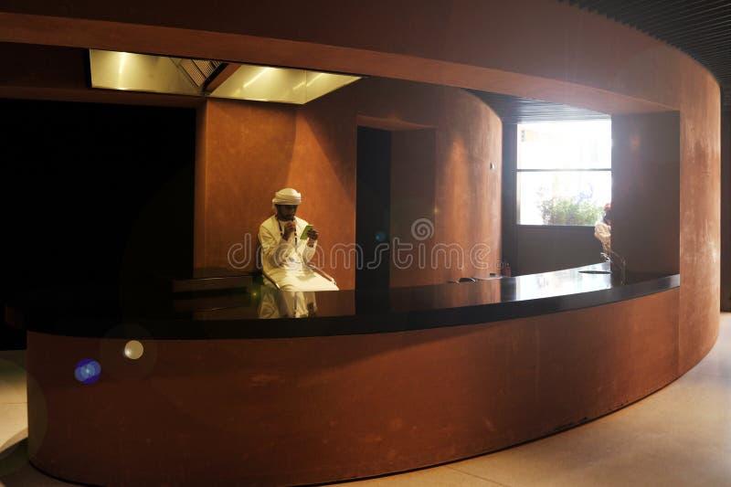ΝΤΟΥΜΠΑΙ, ΗΝΩΜΕΝΑ ΑΡΑΒΙΚΆ ΕΜΙΡΆΤΑ, Ε.Α.Ε. - 20 ΙΟΥΝΊΟΥ 2019: Σύγχρονο και κομψό εσωτερικό στο ξενοδοχείο Αραβική στάση ατόμων στη στοκ φωτογραφίες με δικαίωμα ελεύθερης χρήσης