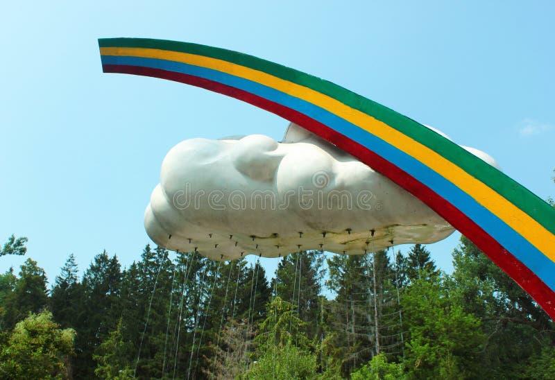 Ντους παραλιών που διαμορφώνεται όπως το ουράνιο τόξο και το σύννεφο στοκ εικόνα