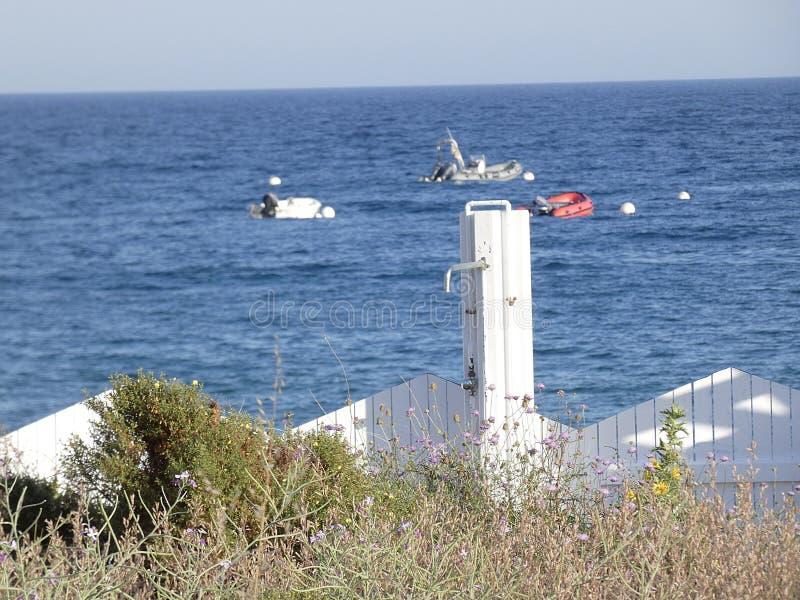 Ντους στην παραλία για να αφαιρέσει το άλας από τη θάλασσα στοκ φωτογραφίες