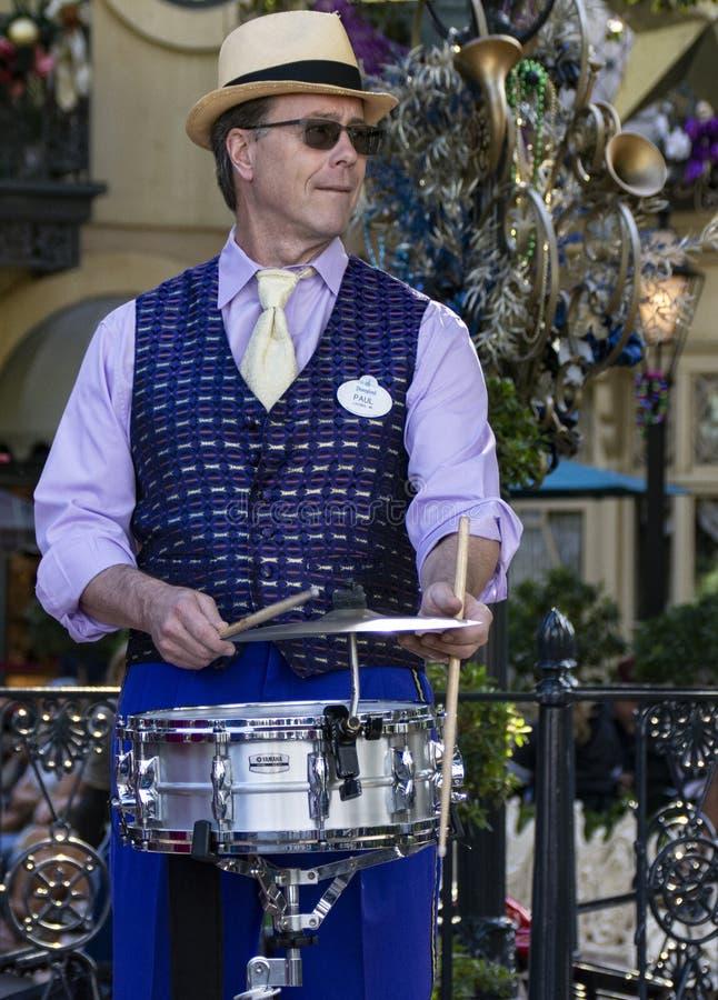 Ντράμερ του συγκροτήματος τζαζ της Νέας Ορλεάνης στην Ντίσνεϊλαντ, Άναχαϊμ, Καλιφόρνια στοκ εικόνα με δικαίωμα ελεύθερης χρήσης