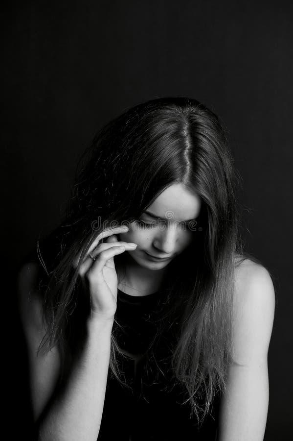 Ντροπή, συστολή ή Κρύβοντας πρόσωπο κοριτσιών με την τρίχα στοκ φωτογραφία