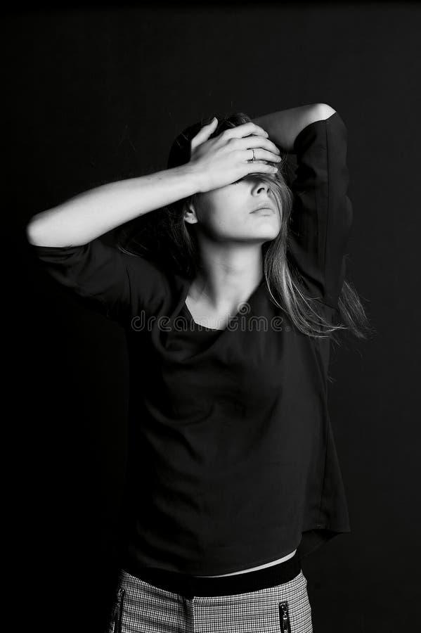 Ντροπή, συστολή ή Κρύβοντας πρόσωπο κοριτσιών με την τρίχα στοκ εικόνες