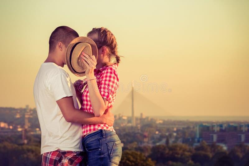 Ντροπαλό φιλί πίσω από το καπέλο κατά την πρώτη ημερομηνία στοκ φωτογραφία με δικαίωμα ελεύθερης χρήσης