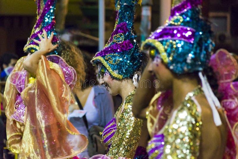 Ντυμένες με κοστούμι ελκυστικές γυναίκες χορευτών στην παρέλαση καρναβαλιού της Ουρουγουάης στοκ φωτογραφία με δικαίωμα ελεύθερης χρήσης
