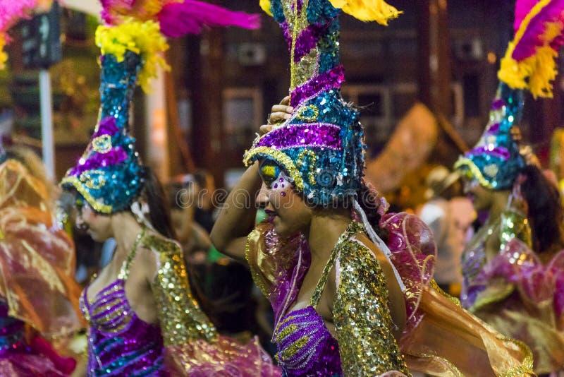 Ντυμένες με κοστούμι ελκυστικές γυναίκες χορευτών στην παρέλαση καρναβαλιού της Ουρουγουάης στοκ εικόνες με δικαίωμα ελεύθερης χρήσης