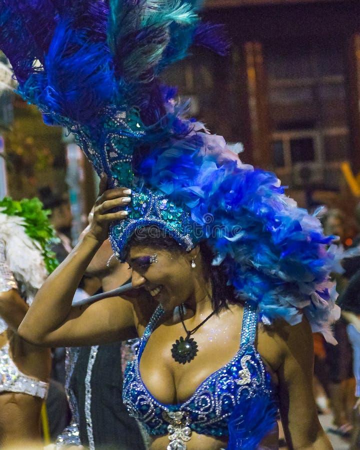 Ντυμένη με κοστούμι ελκυστική γυναίκα χορευτών στην παρέλαση καρναβαλιού της Ουρουγουάης στοκ φωτογραφία με δικαίωμα ελεύθερης χρήσης
