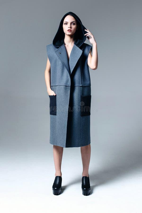 ντυμένη παλτό γυναίκα στοκ εικόνα