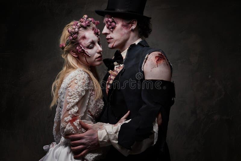 Ντυμένος στο ρομαντικό ζεύγος zombie γαμήλιων ενδυμάτων στοκ εικόνες