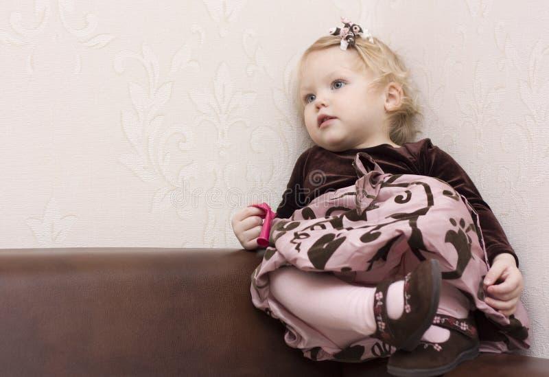 Download ντυμένο κορίτσι καλά στοκ εικόνα. εικόνα από βακκινίων - 13185453