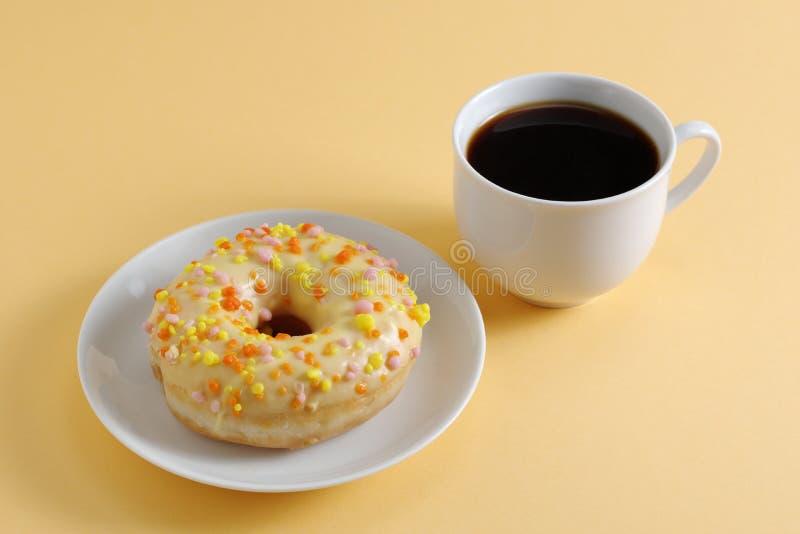 Ντόνατ και καφές στοκ εικόνες
