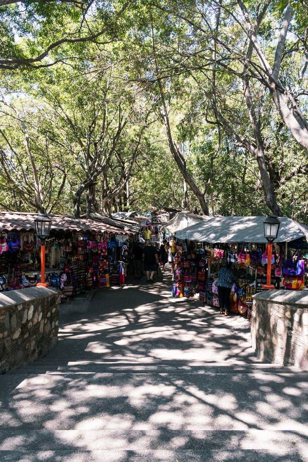 Ντόπιοι που πωλούν τα μεξικάνικα αναμνηστικά και άλλα σύνεργα σε ένα ο στοκ φωτογραφία