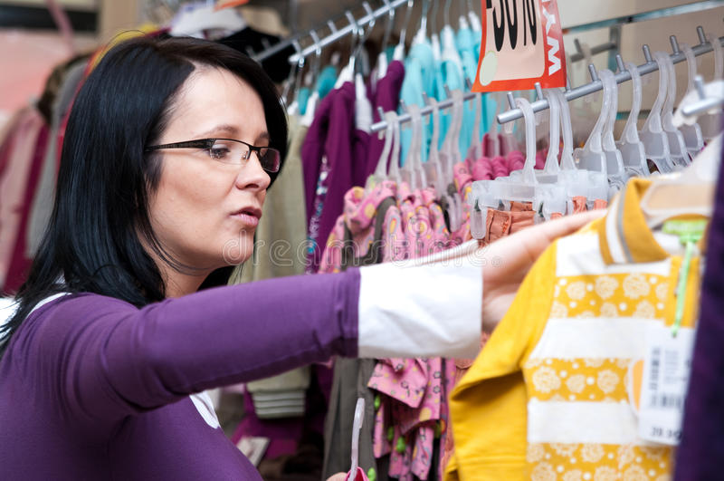 ντύνει την ψωνίζοντας γυναί στοκ εικόνα με δικαίωμα ελεύθερης χρήσης