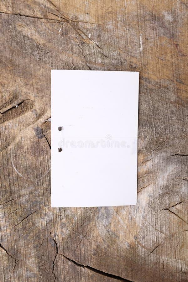 Ντύνοντας ετικέτες στο ξύλινο υπόβαθρο στοκ φωτογραφίες