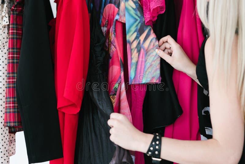 Ντύνοντας κατάταξη ενδυμασίας ντουλαπιών καθιερώνουσα τη μόδα περιστασιακή στοκ φωτογραφίες