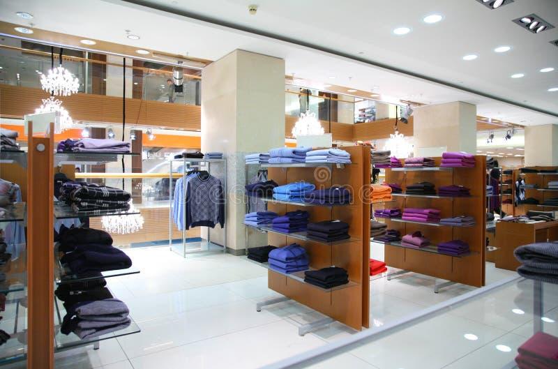 ντύνοντας shelfs κατάστημα στοκ φωτογραφία με δικαίωμα ελεύθερης χρήσης
