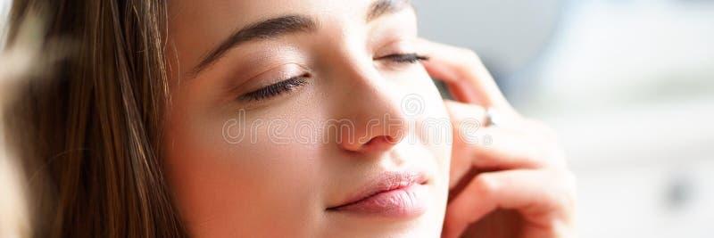 Νυσταλέα νέα όμορφη γυναίκα που απολαμβάνει τις ηλιαχτίδες μετά από τον ύπνο νύχτας στοκ φωτογραφία με δικαίωμα ελεύθερης χρήσης