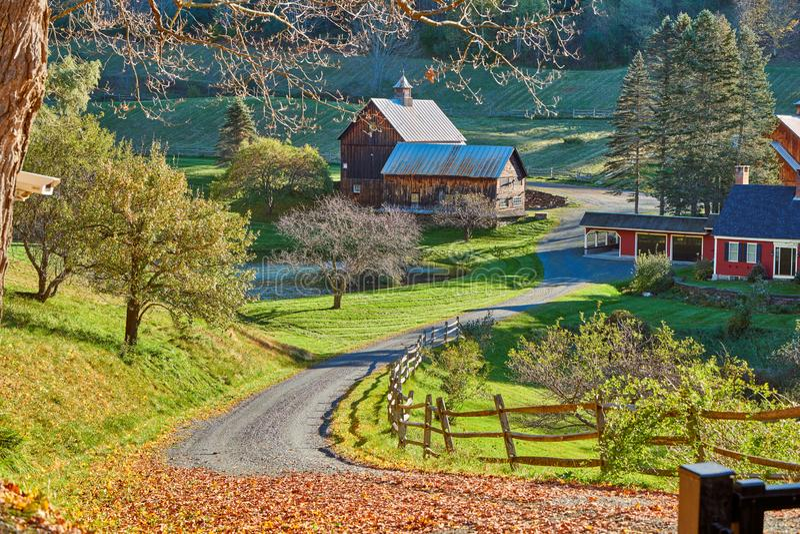 Νυσταλέο κοίλο αγρόκτημα στην ηλιόλουστη ημέρα φθινοπώρου σε Woodstock, Βερμόντ στοκ εικόνα