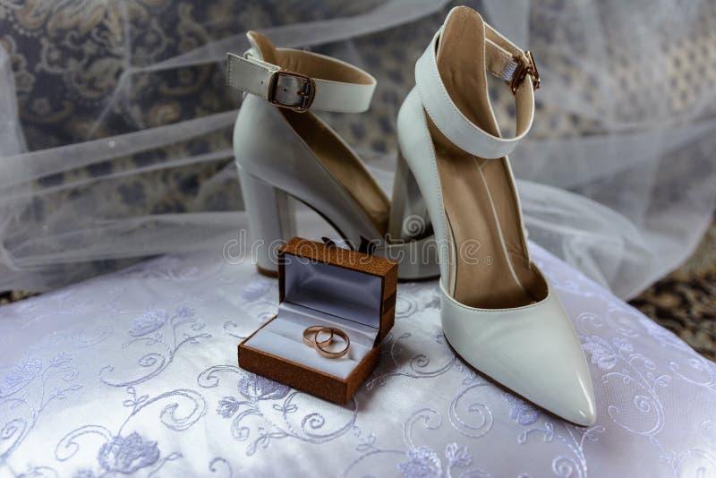 b9a72779b1b Γυναικεία χρυσά παπούτσια στοκ εικόνα. εικόνα από γοητεία - 29186063