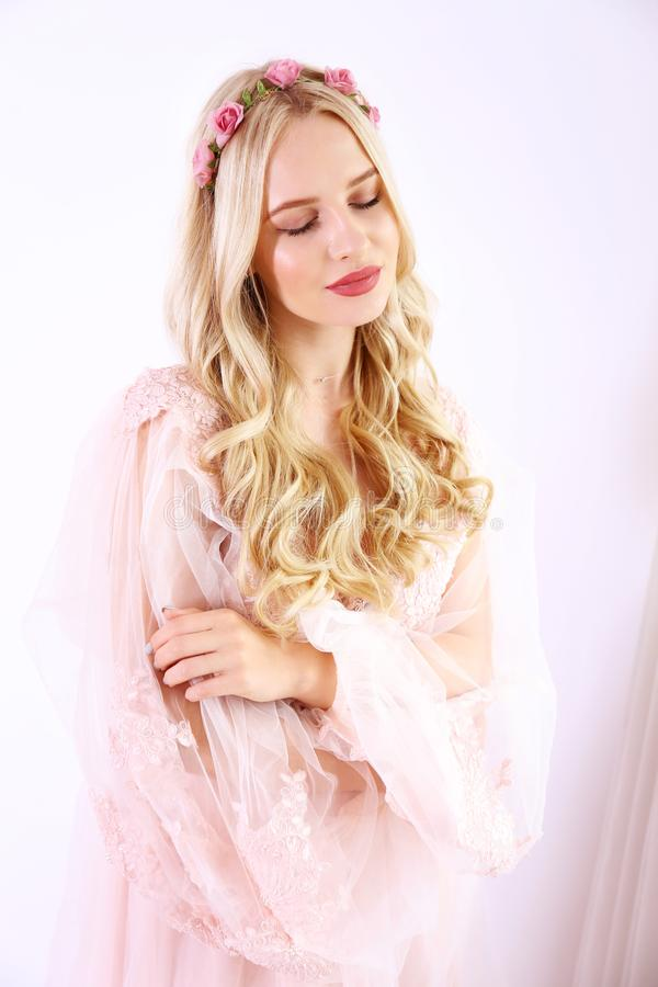 Νυφική έννοια makeup Πανέμορφη νέα γυναίκα με τη μακριά ξανθή τρίχα στοκ φωτογραφίες