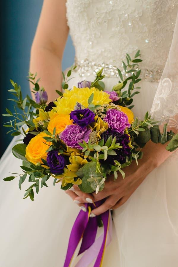 Νυφική ανθοδέσμη στη ημέρα γάμου στοκ εικόνα