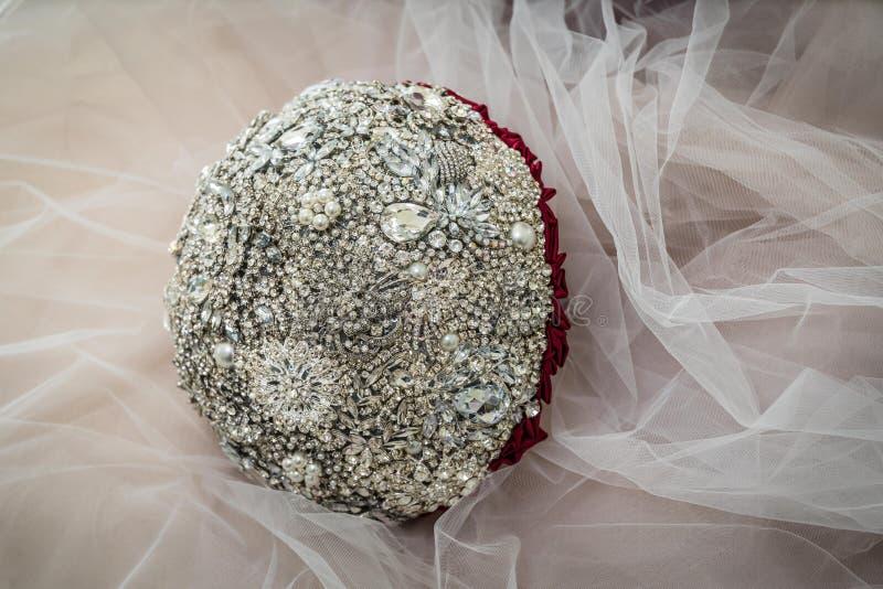 Νυφική ανθοδέσμη των πετρών κοσμήματος στο υπόβαθρο του γάμου Tulle στοκ εικόνα με δικαίωμα ελεύθερης χρήσης