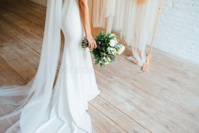 Νυφική ανθοδέσμη των φρέσκων λουλουδιών στα χέρια της νύφης στοκ φωτογραφία με δικαίωμα ελεύθερης χρήσης