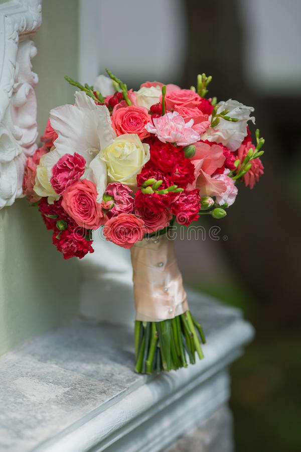 Νυφική ανθοδέσμη των διάφορων λουλουδιών στοκ εικόνα με δικαίωμα ελεύθερης χρήσης