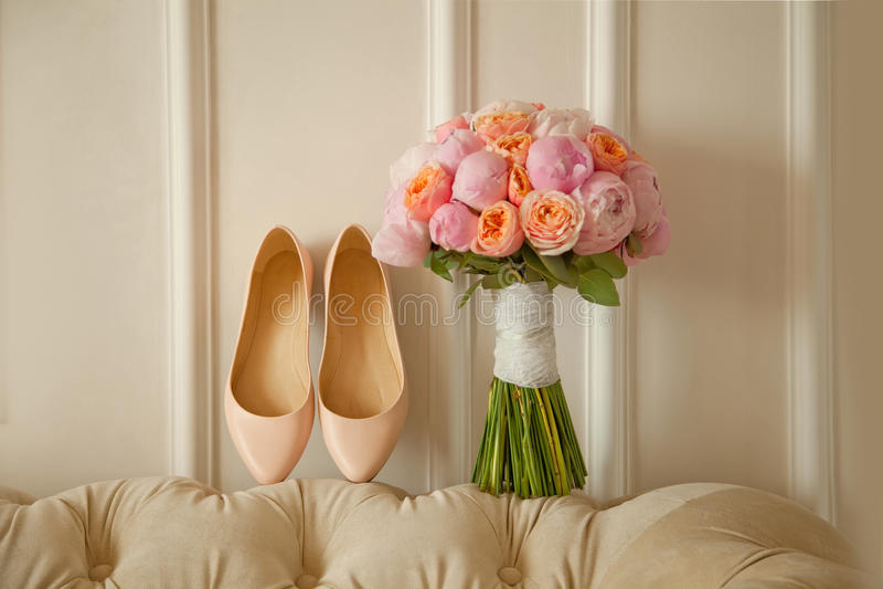 Νυφική ανθοδέσμη των peones, με τα άσπρα παπούτσια στοκ φωτογραφία με δικαίωμα ελεύθερης χρήσης