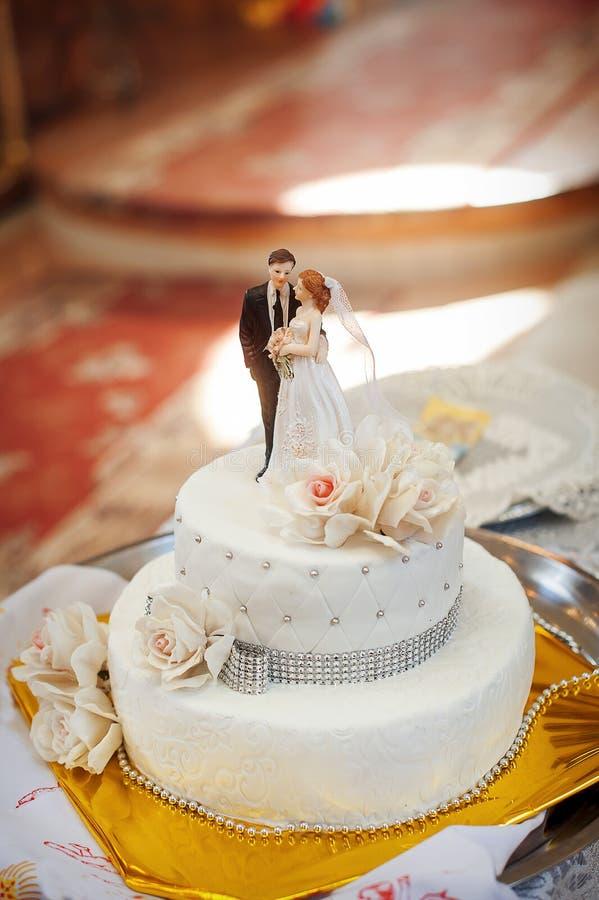 Νυφικό άσπρο κέικ με τα ειδώλια νυφών και νεόνυμφων στοκ φωτογραφίες με δικαίωμα ελεύθερης χρήσης