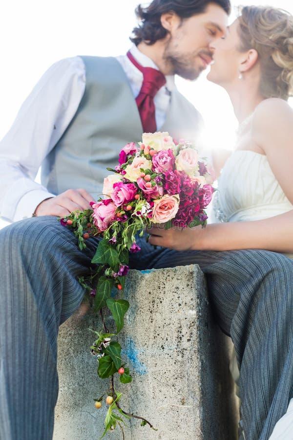 Νυφικό φίλημα ζευγαριού μετά από το γάμο στοκ φωτογραφία με δικαίωμα ελεύθερης χρήσης