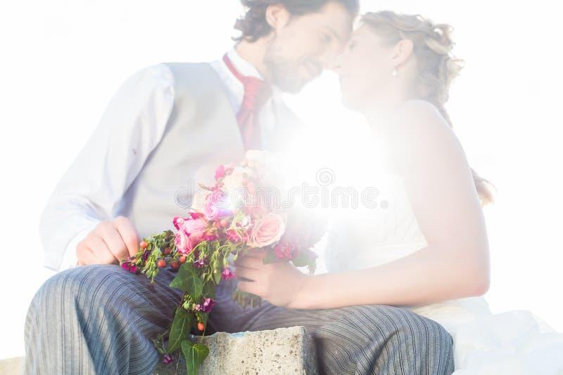 Νυφικό φίλημα ζευγαριού στον τομέα μετά από το γάμο στοκ εικόνες με δικαίωμα ελεύθερης χρήσης