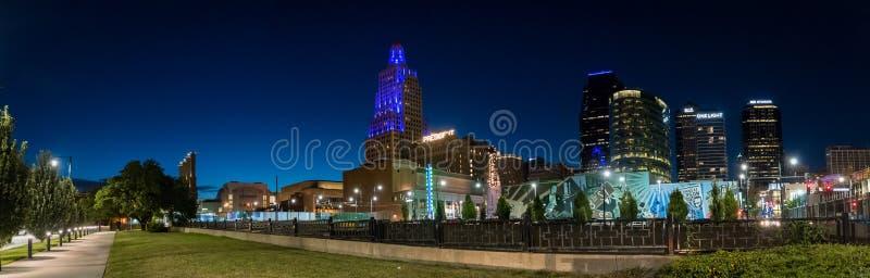 Νυχτερινή άποψη της δύναμης και της ελαφριάς περιοχής στην πόλη Μισσούρι του Κάνσας στοκ φωτογραφίες με δικαίωμα ελεύθερης χρήσης