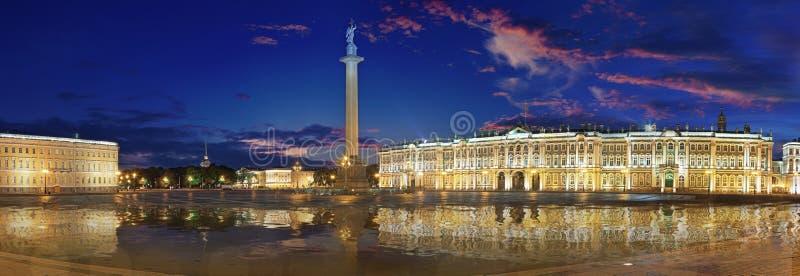 Νυχτερινή ευρεία πανοραμική οθόνη της πλατείας Παλάς στην Αγία Πετρούπολη στοκ φωτογραφία με δικαίωμα ελεύθερης χρήσης