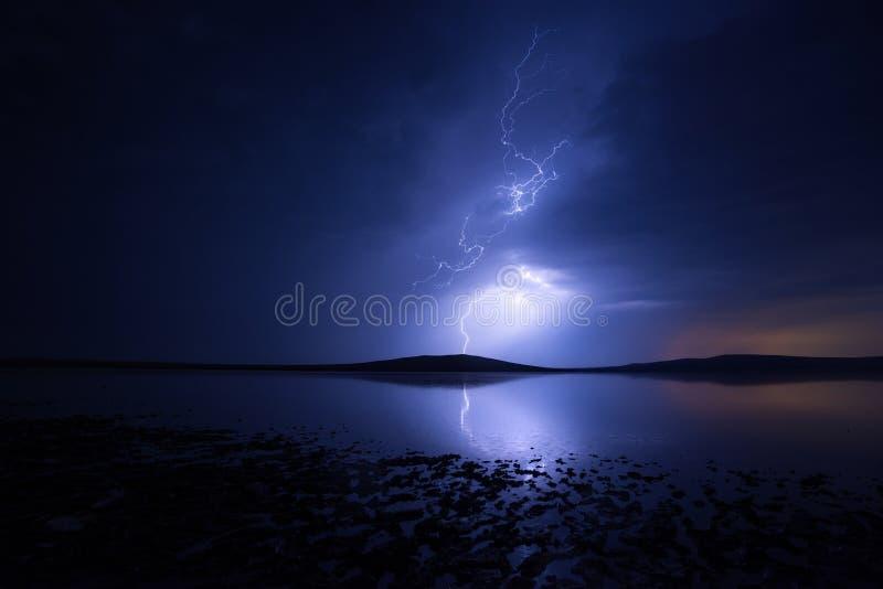 Νυχτερινή καταιγίδα πάνω από αλμυρή λίμνη με αντανάκλαση στοκ φωτογραφίες με δικαίωμα ελεύθερης χρήσης